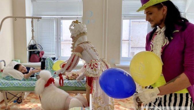 Артисты труппы «Королевского цирка» Гии Эрадзе показали представление для маленьких пациентов